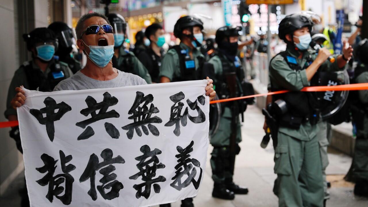 """Un manifestante sostiene una pancarta que dice """"El Partido Comunista Chino desvergonzado, rompe las promesas"""" durante una marcha en el aniversario del traspaso de Hong Kong a China, el 1 de julio de 2020."""