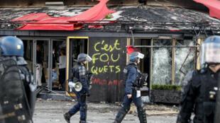 Le restaurant Fouquet's incendié, samedi 16 mars, sur les Champs-Élysées, à Paris.