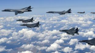 Des avions des armées coréenne et américaine survolent la Corée du Sud, le 18 septembre 2017.