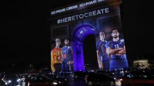 L'Arc de Triomphe s'est illuminé à Paris pour le lancement de la 25e Coupe du monde de handball, le 10 janvier 2017.