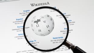 Wikipedia a été lancé en Chinois en 2001.