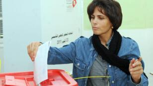 Une électrice tunisienne lors du premier scrutin post-Ben Ali, en octobre 2011 (archives)