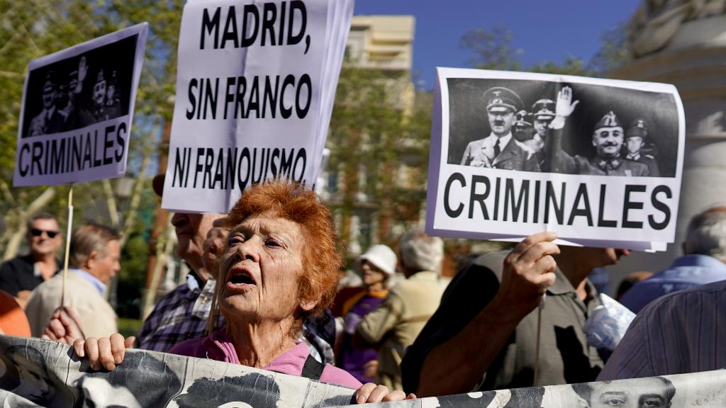 Familias de las víctimas del franquismo se concentraron delante de las puertas del Tribunal Supremo esperando la sentencia.