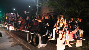 Un grupo de hondureños en un camión mientras empiezan el camino hacia Estados Unidos desde San Pedro Sula, el 1 de octubre de 2020