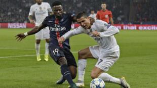 Serge Aurier se frotte à la star du Real Madrid Cristiano Ronaldo.