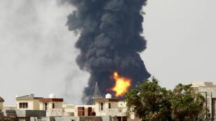 L'incendie ravageant un immense dépôt d'hydrocarbures près de Tripoli.