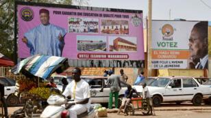 Le président Mahamadou Issoufou (g) et le principal candidat de l'opposition, Seini Oumarou (d), à Niamey, le 17 février 2016.