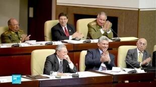 الرئيس الكوبي راؤول كاسترو وخليفته ميغيل دياز كانيل