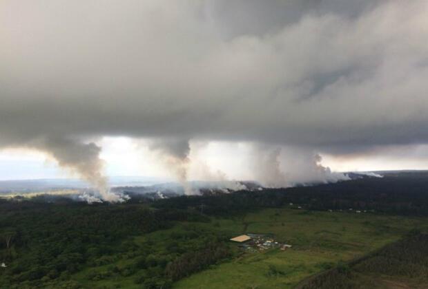 Vue aérienne du volcan hawaïen Kilauea. Un des cratères proche du sommet du volcan a explosé jeudi 17 mai.
