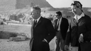 Jean-Paul Sartre, Simone de Beauvoir et Claude Lanzmann devant les pyramides d'Égypte en 1967.