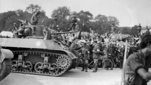 La foule accueille les chars de la 2e division blindée (DB) du général Leclerc lors de la parade militaire du 26 aout 2014, place de la Concorde
