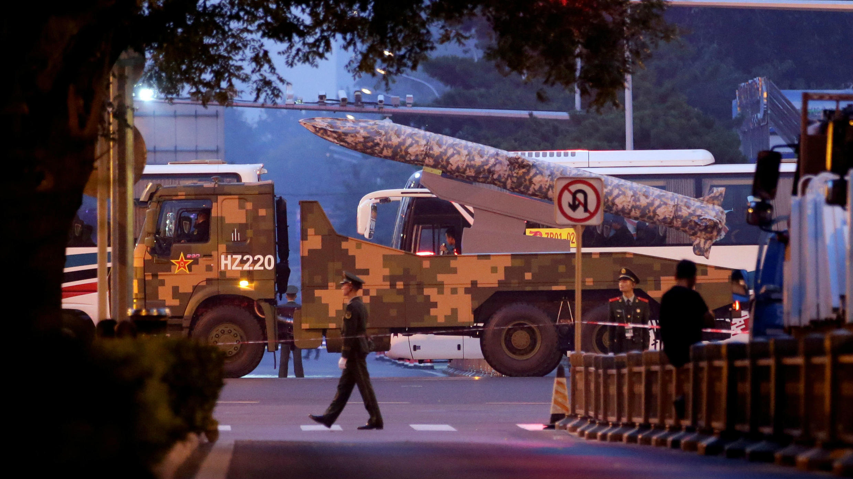 Un vehículo militar hace parte del ensayo del desfile militar que conmemora el 70 aniversario de la fundación de la República Popular de China, en Beijing, China, el 21 de septiembre de 2019.