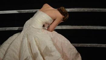 Jennifer Lawrence trébuche au moment de se rendre sur la scène pour recevoir l'Oscar de la meilleure actrice des mains de Jean Dujardin.