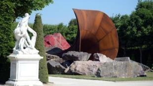 """L'œuvre """"Dirty Corner"""" d'Anish Kapoor dans le parc du château de Versailles, avant la dégradation."""