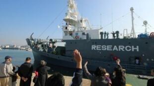 سفينة لصيد الحيتان تغادر مرفأ شيمونوسيكي في منطقة ياماغوتشي بغرب اليابان إلى القطب الجنوبي في 01 كانون الأول/ديسمبر 2015