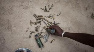 Restos de municiones después del intercambio de disparos entre las fuerzas de la ONU de MINUSCA junto con las fuerzas de seguridad de África Central, contra el grupo armado liderado por Nimery Matar Djamous, en el barrio PK5 en Bangui, el 9 de abril de 2018.