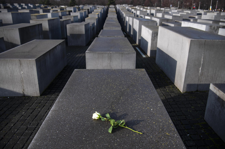 Una rosa colocada sobre las estelas de hormigón del monumento a los Judíos Asesinados de Europa, en Berlín, el 27 de enero de 2020, en el 75º aniversario de la liberación del campo de concentración nazi de Auschwitz-Birkenau, en Polonia