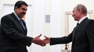 El presidente de Venezuela Nicolás Maduro saluda a su par ruso Vladimir Putin durante un encuentro en el Kremlin, en Moscú, el 4 de octubre de 2017.