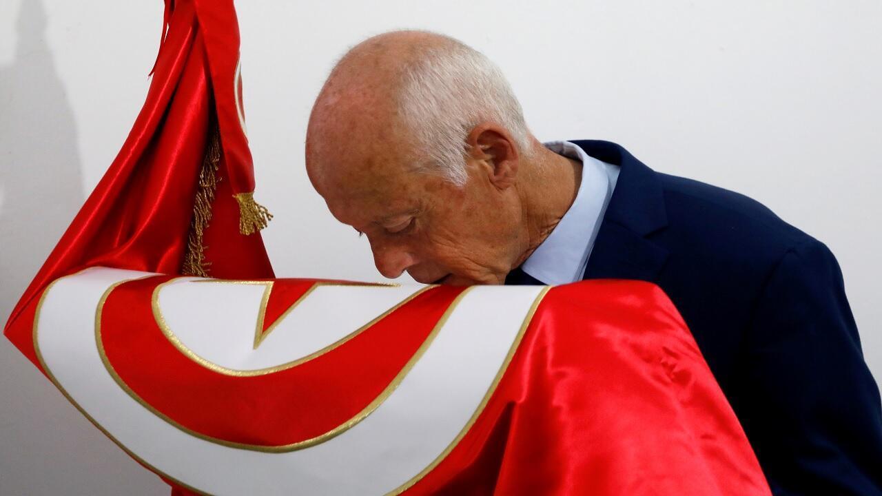 © قيس سعيد يقبل العلم التونسي، تونس، 15 سبتمبر أيلول 2019