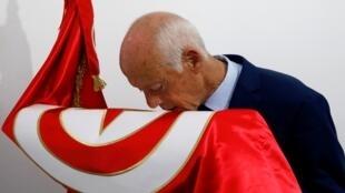 المرشحان للانتخابات الرئاسية في تونس نبيل القروي وقيس سعيّد. صورة ملتقطة عن شاشة فرانس 24.