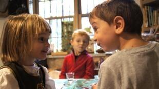 Des enfants bilingues discutent, en français et en anglais, dans l'établissement La Petite École, à New York.