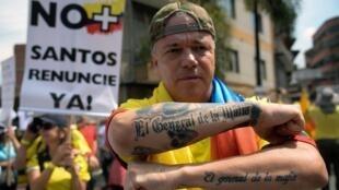 Alias 'Popeye', pagó 23 años en la cárcel y su libertad levantó controversia en Colombia. En la foto, asiste a una marcha organizada por el expresidente colombiano Álvaro Uribe contra el gobierno de Juan Manuel Santos y el acuerdo de paz con las FARC, en Medellín, el 1 de abril de 2017.