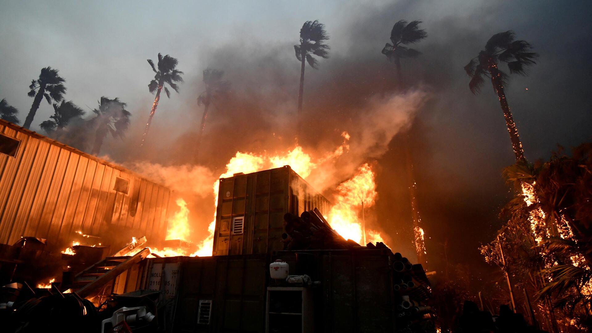 Un hogar envuelto en llamas durante el incendio Woolsey en Malibú, California. La conflagración ha destruido más de 7.000 edificios, en su mayoría hogares particulares.