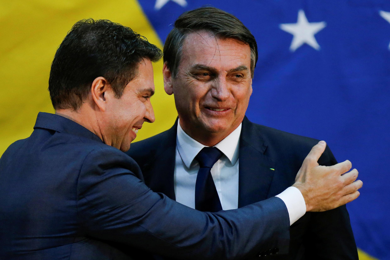 Imagen de archivo. El presidente de Brasil, Jair Bolsonaro, saluda a Alexandre Ramagem durante su ceremonia de inauguración en Brasilia, Brasil, el 11 de julio de 2019.