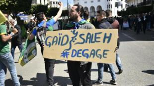Les manifestants algériens réclament le départ de tous les anciens fidèles du président déchu Abdelaziz Bouteflika.