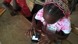 Une élève de Thiès utilise l'application Mjangale.