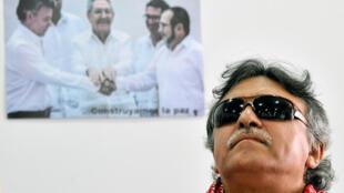 Jesús Santrich descansa en rueda de prensa de diciembre de 2016, poco despúes de la firma del acuerdo de paz