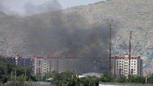 Des fumées s'échappant du quartier de Puli Mahmood Khan, dans le centre de Kaboul, le 1er juillet 2019.