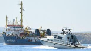 Le navire Sea-Watch 3 transportant des migrants navigue près de l'île de Lampedusa, en Italie, le 26 juin 2019.