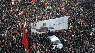 حشود تشارك في جنازة الجنرال قاسم سليماني في طهران بتاريخ 6 يناير/كانون الثاني 2020.