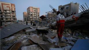 طواقم إنقاذ في مناطق متضررة من الزلزال في إيران