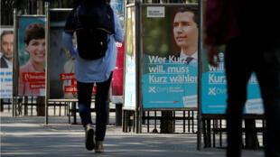 À Vienne, une affiche de campagne du chancelier sortant Sebastian Kurz, favori des sondages.
