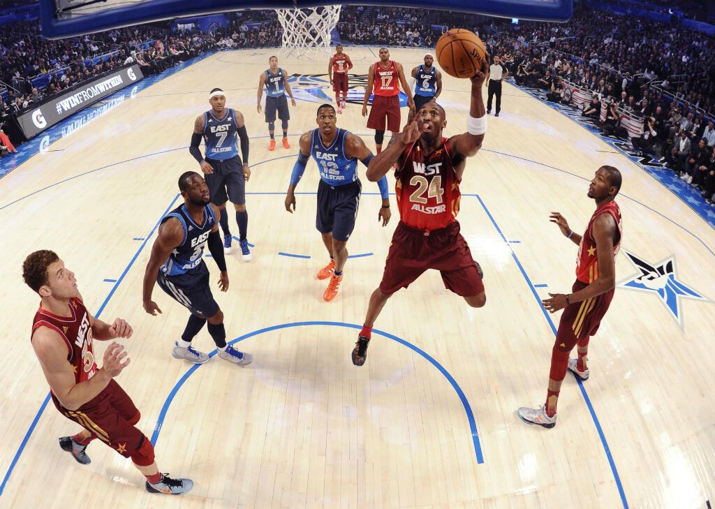 Kobe Bryant à l'assaut du panier lors du match des All Star Game de la NBA à Orlando, en Floride, le 26 février 2012.