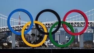 Los anillos olímpicos fotografiados en el paseo marítimo de Odaiba en Tokio, el 10 de febrero de 2021