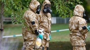 Archivo: soldados con equipo de protección en Salisbury, Inglaterra, donde un total de cuatro personas fueron envenenadas en Novichok.