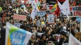Des opposants au projet de réforme des retraites manifestent à Paris, le 29 janvier 2020.