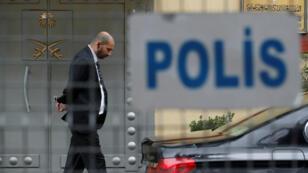 Un miembro del personal de seguridad en la entrada del consulado de Arabia Saudita en Estambul, Turquía, el 20 de octubre de 2018.