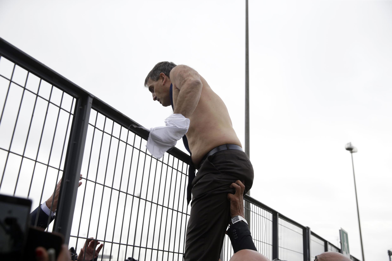 Le directeur des ressources humaines d'Air France, Xavier Broseta, après avoir été molesté par une centaine de salariés, lundi 5 octobre est exfiltré du CCE et de l'enceinte de l'aéroport.