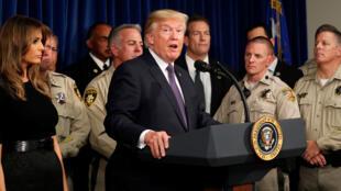 El presidente estadounidense Donald Trump habla junto a la primera dama Melania Trump después de reunirse con la policía en el Departamento de Policía Metropolitana de Las Vegas.