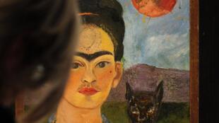 Un visitante mira la pintura de Frida Kahlo 'Autorretrato con la imagen de Diego en mi pecho y María en mi frente' durante una vista previa de prensa el 29 de abril de 2010 en el museo Martin-Gropius-Bau en Berlín.