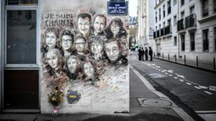 Un fresco recuerda a víctimas del atentado de Charlie Hebdo en París, el 7 de enero de 2019.