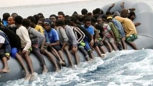 صورة لمهاجرين في عرض البحر الأبيض المتوسط