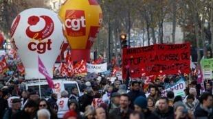 Les travailleurs en grève lors d'une manifestation contre la réforme des retraites à Paris, le 10 décembre 2019.