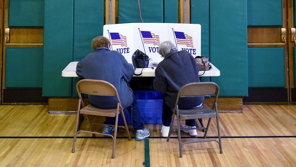 Des électeurs de Greenwich, dans le Connecticut, prennent part au vote des primaires, mardi 26 avril.