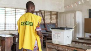 Un agent de la Céna dans un bureau de vote de Cotonou, le 28 avril 2019, au Bénin.