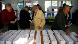 Ciudadanos se acercan a votar en un colegio electoral en Madrid, el 28 de abril de 2019.